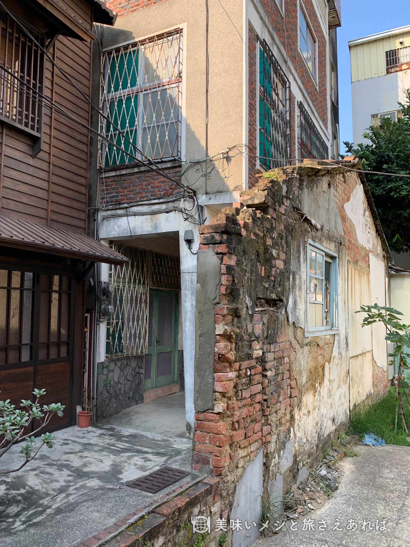 青田居の横にはさりげなく廃墟の残骸が。